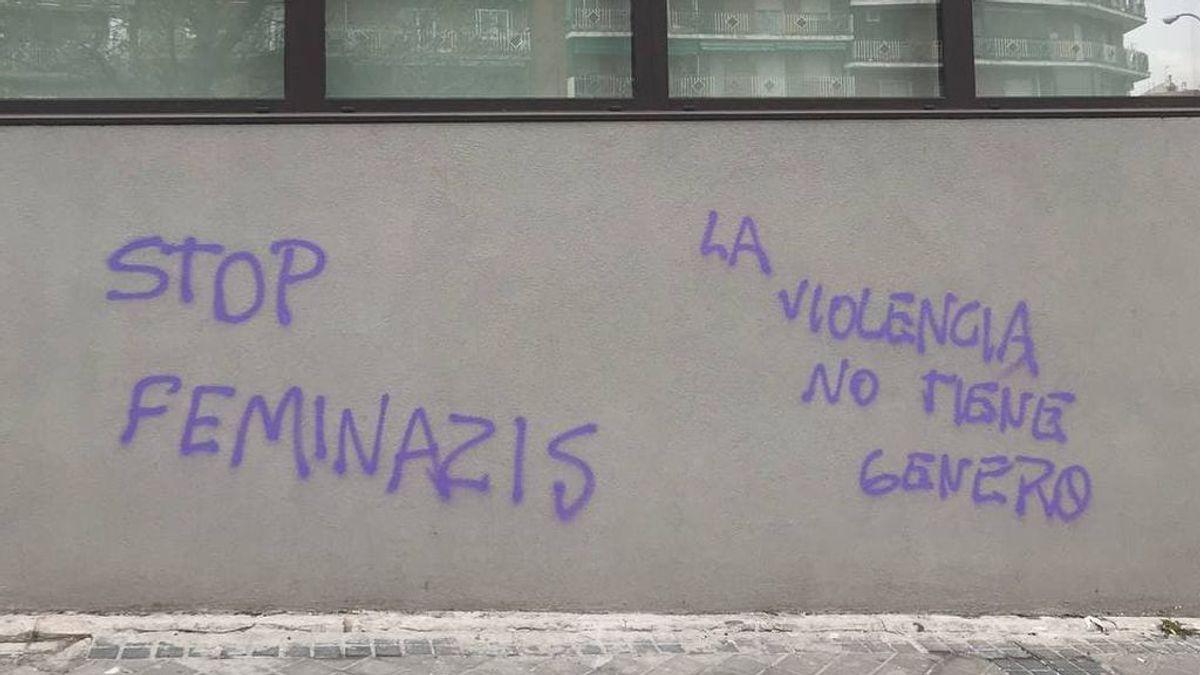 """Vandalizan la sede de Podemos con pintadas de 'Stop feminazis' y Echenique acusa a los """"cachorros de Vox"""""""