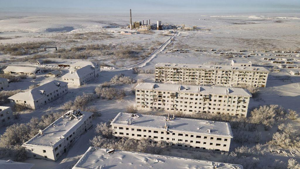 Las asombrosas imágenes de un pueblo fantasma en Rusia cubierto de hielo