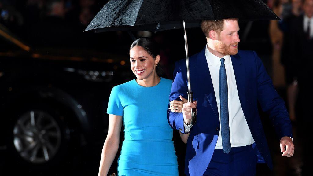 """Al príncipe Harry le """"aislaron financieramente"""" y siguió adelante gracias al dinero que le dejó su madre"""