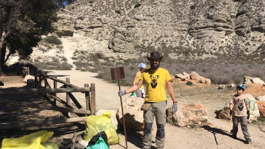 Antonio Luengo con los niños, en plena recogida de basura en la naturaleza