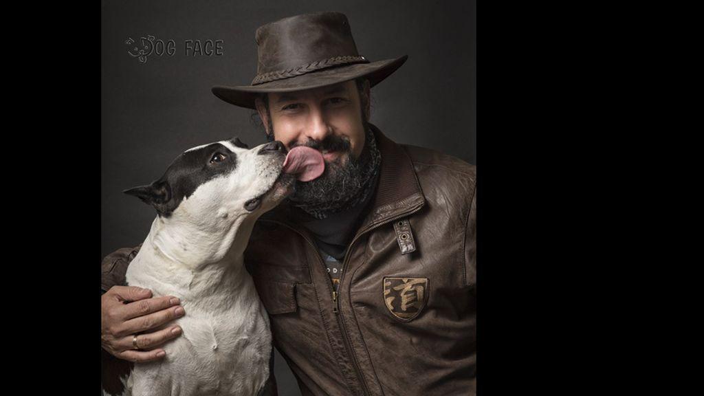 Antonio Luengo con su perra, que nació el mismo día que su hijo
