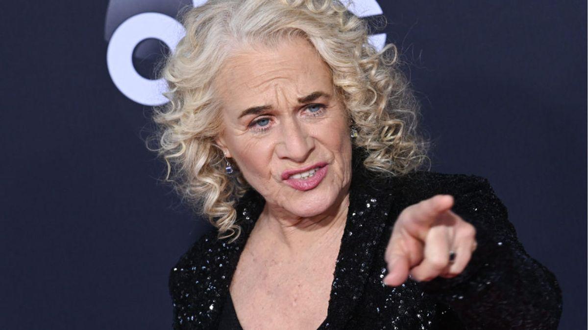 La cantante Carole King sigue el ejemplo de Dolly Parton y se vacuna cantando para la ocasión