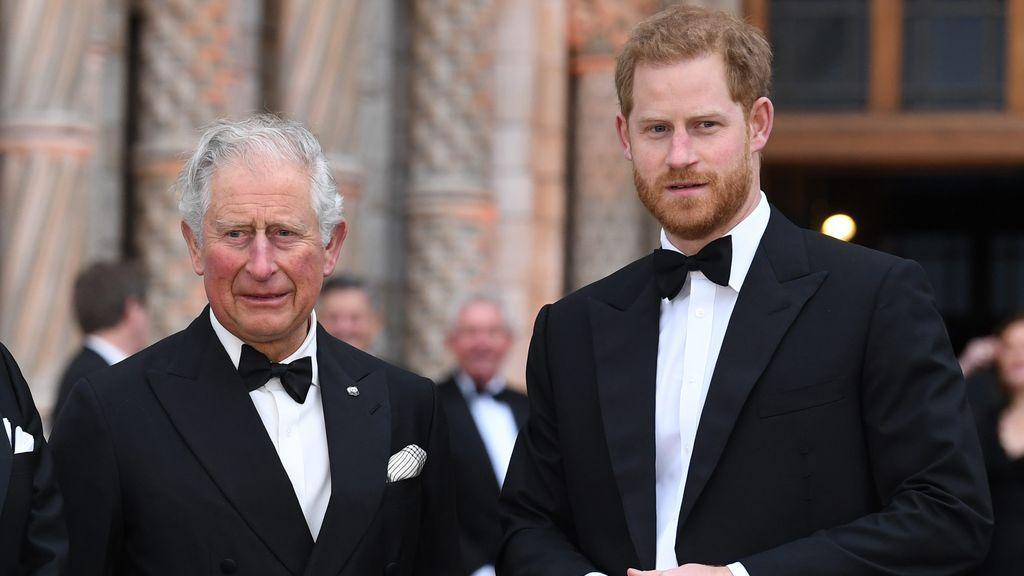El príncipe de Gales junto a su hijo Harry