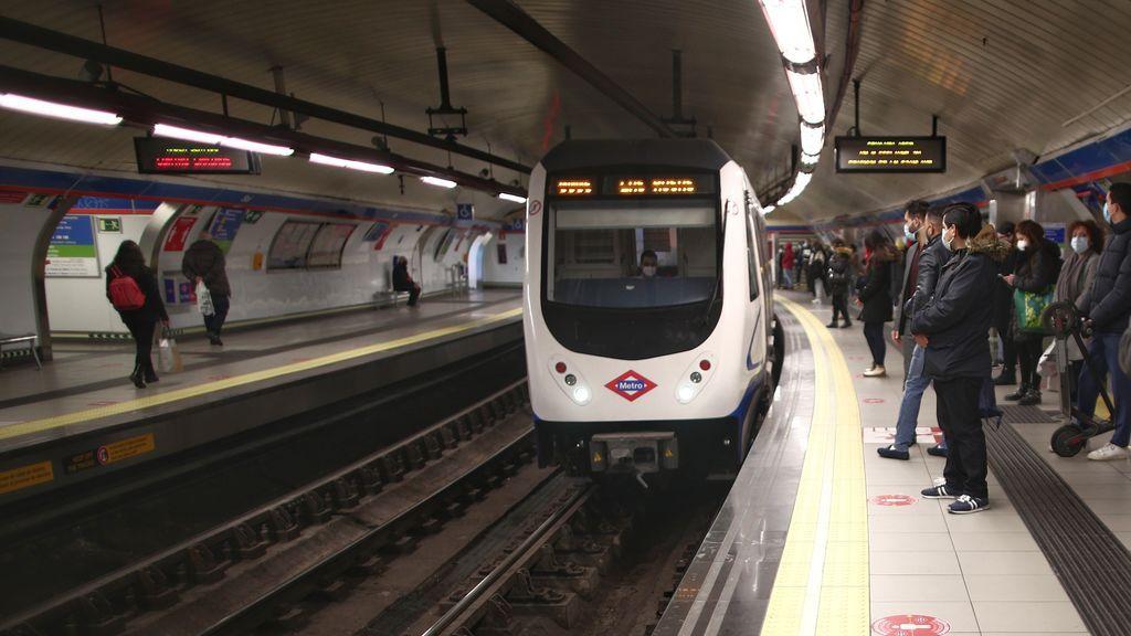 """Un joven es agredido en el metro de Madrid al grito de """"maricón"""" y ningún pasajero del vagón le ayuda"""