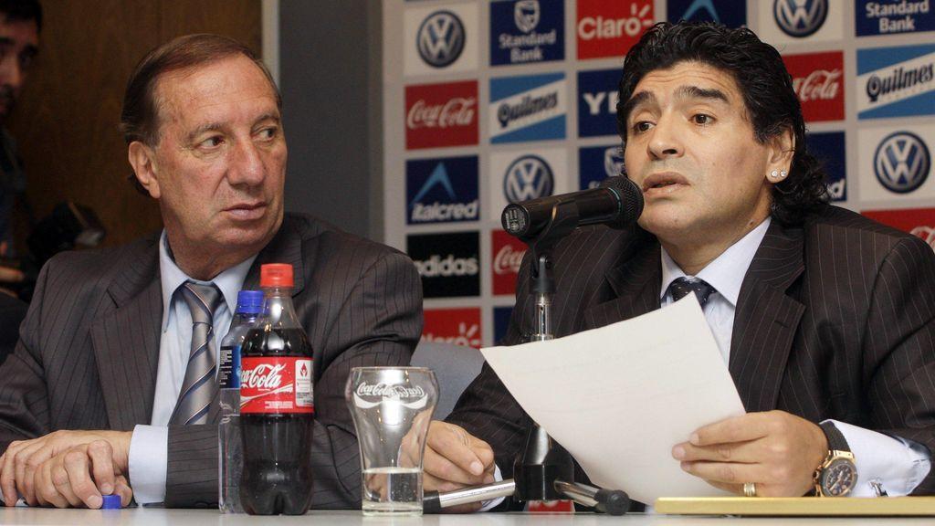 Bilardo, junto a Maradona en un acto.