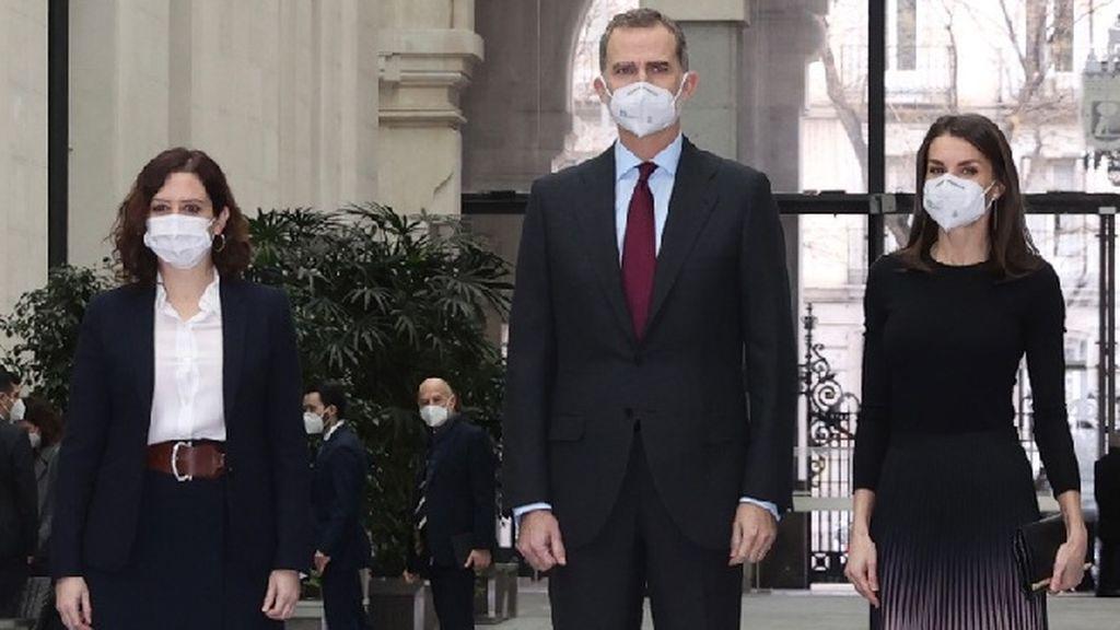 Los reyes, con la presidenta de la Comunidad de Madrid, Isabel Díaz Ayuso, el pasado 9 de febrero en la entrega de Premios APM de Periodismo, en el Palacio de Cibeles.