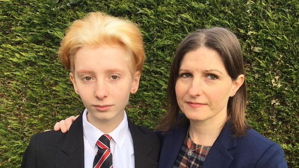 Aislado por presentarse el primer día de escuela con el pelo teñido de dos colores