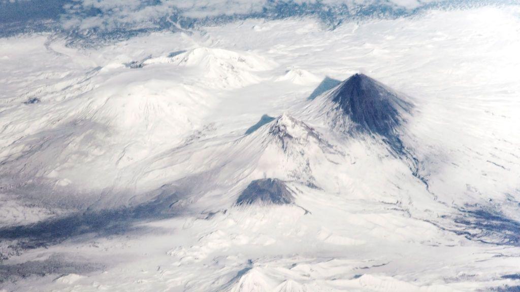 Las fascinantes imágenes de la erupción de un volcán rodeado de hielo en Siberia