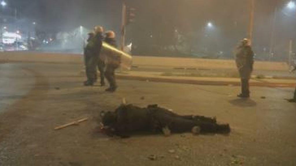 Grecia intenta frenar las protestas contra la brutalidad policial con la suspensión de un agente