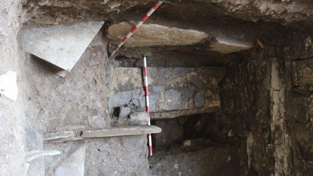 Muros que se han encontrado bajo la necrópolis