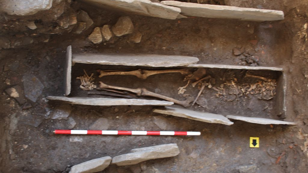 """Hallan una necrópolis bajo la Catedral de Lugo con restos de """"gente pudiente"""" que vivió hace más de 1000 años"""