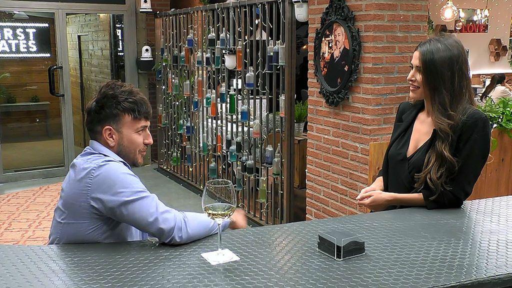 Lidia charlando con Víctor en el programa 'First Dates'