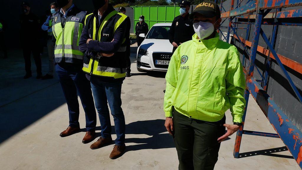 Una agente colombiana presente en el acto.