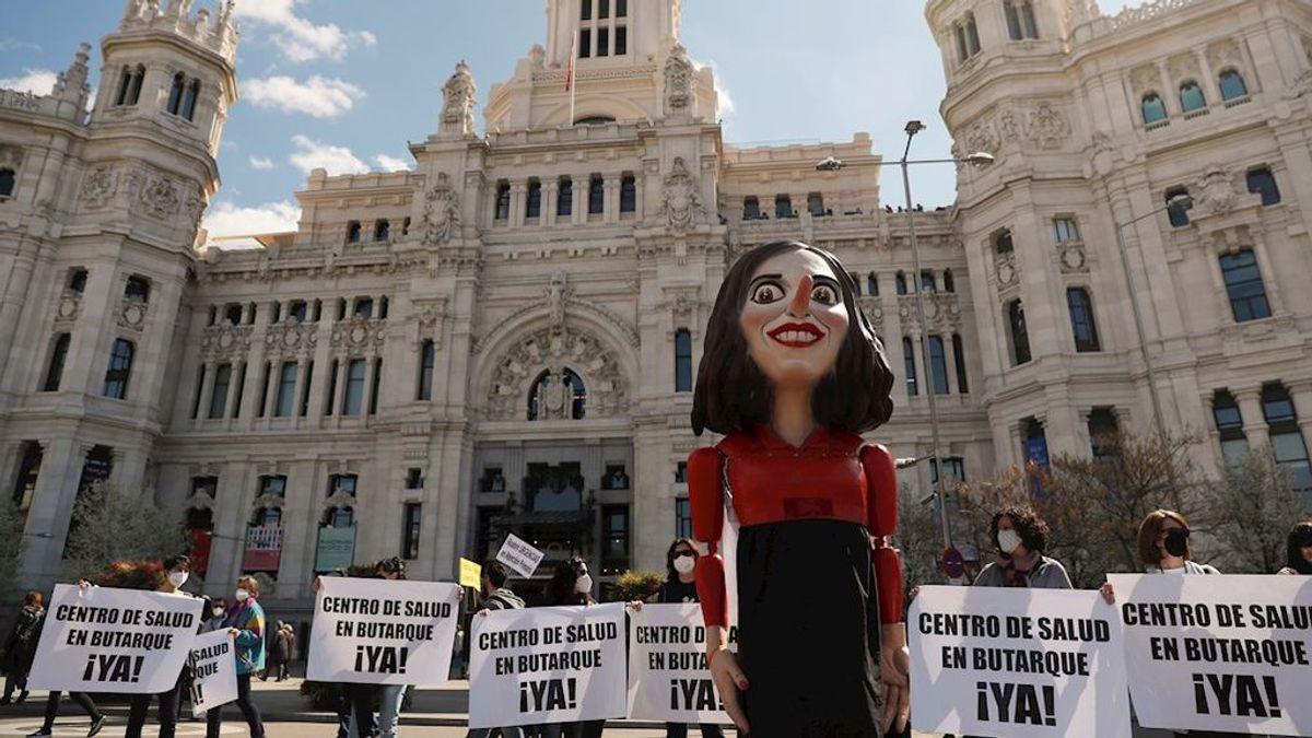 La Marea Blanca pasea un ninot de Ayuso por las calles de Madrid en defensa de la Sanidad Pública