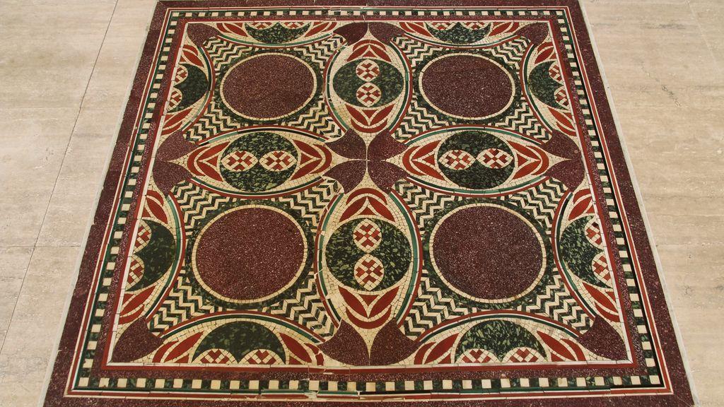 Roma recupera el mosaico perdido de Calígula: una anciana lo estaba usando como su mesa del té