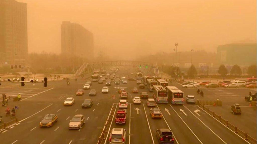 Cielos anaranjados en China por culpa de tormenta de arena y contaminación