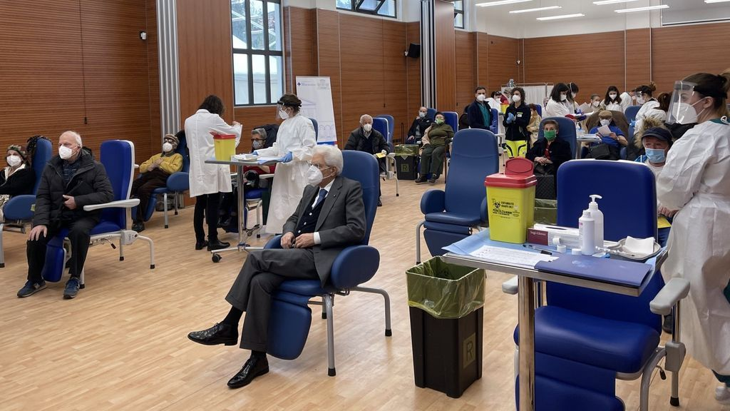 EuropaPress_3599077_presidente_italia_sergio_mattarella_espera_turno_vacunacion_hospital_roma