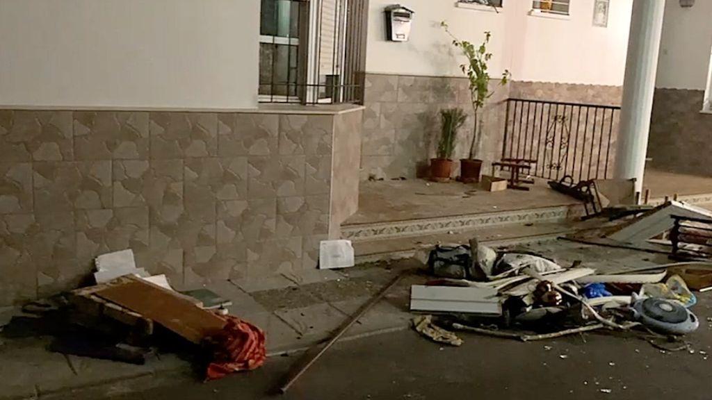 Los objetos arrojados a la calle por el atrincherado