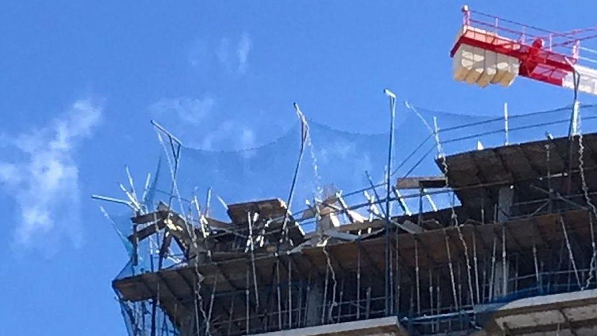 Mueren dos trabajadores al hundirse un andamio y caer desde un séptimo piso en Zaragoza