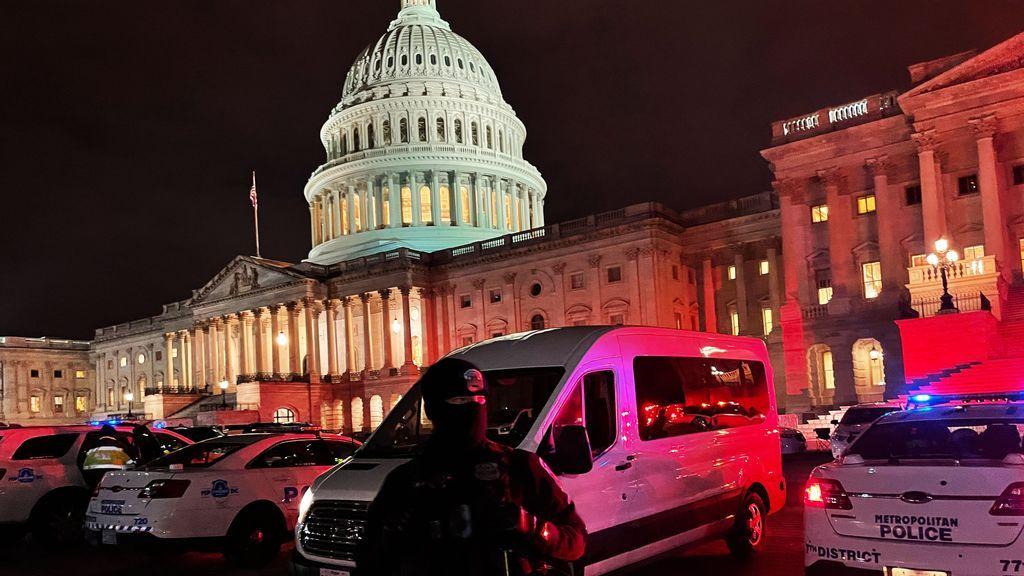 EE.UU. suspende a un policía del Capitolio en posesión de un libro antisemita