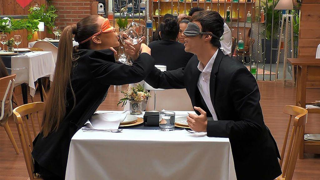Ostras y brindis coreanos en una cita a ciegas que termina con sudores y mucho calor