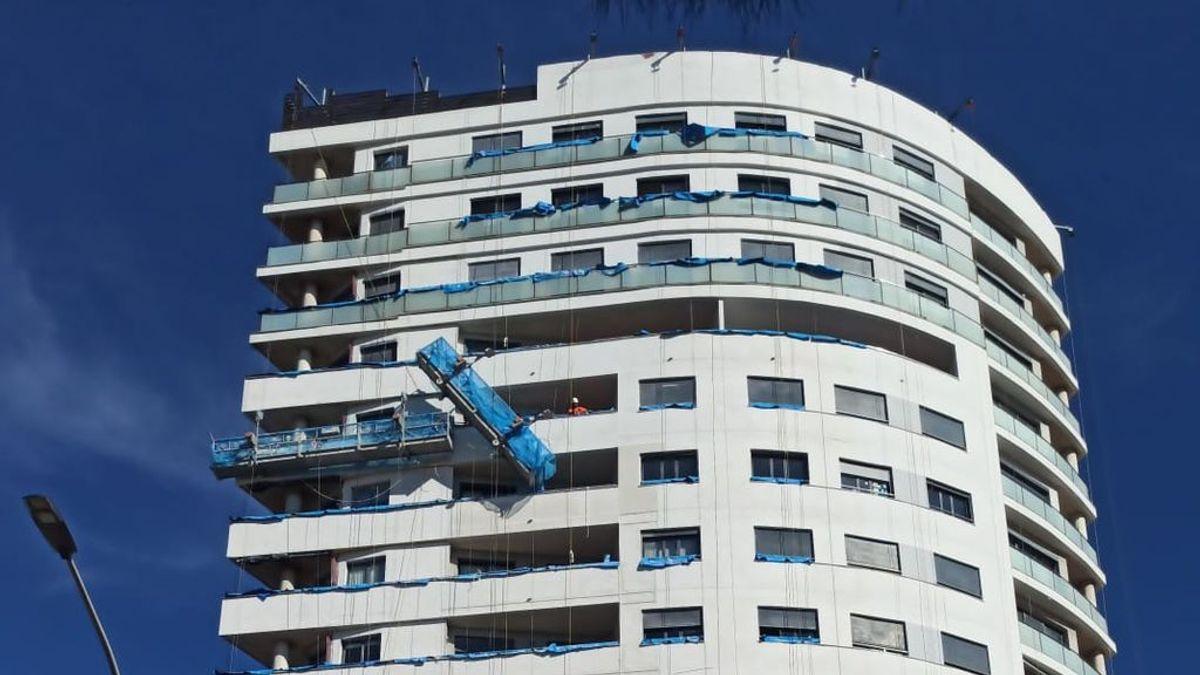 Un Policía Nacional fuera de servicio rescata a un trabajador descolgado de su vagoneta en el exterior de un edificio en la planta 12