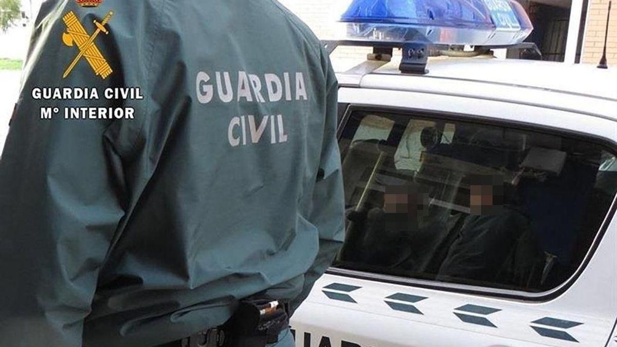EuropaPress_3547800_agente_guardia_civil_junto_coche_patrulla