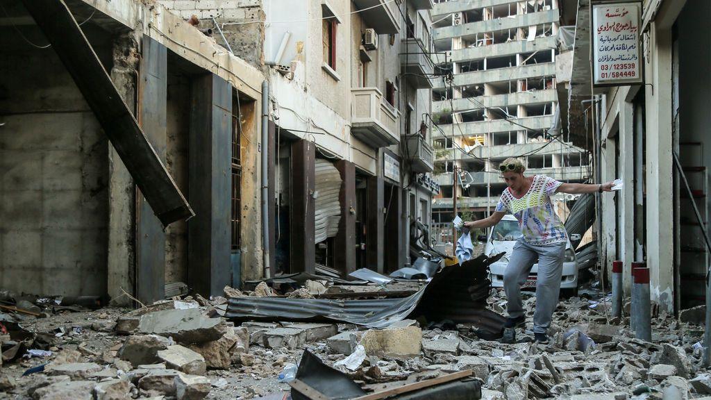 EuropaPress_3262550_08_january_2020_lebanon_beirut_woman_walks_among_debris_near_the_of_massive