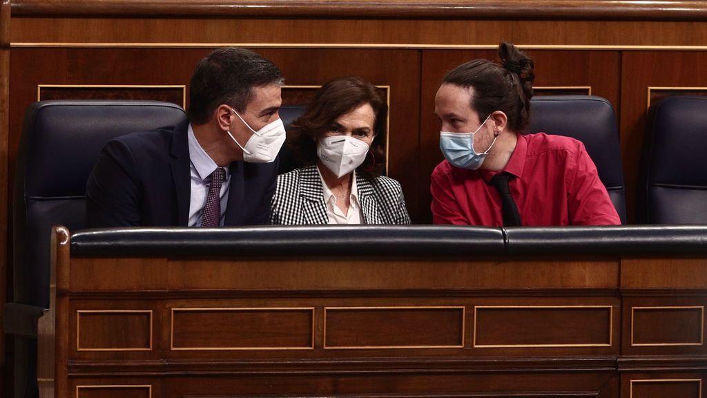 Sánchez, Calvo e Iglesias conversan en el banzo azul durante la sesión de control en el Congreso