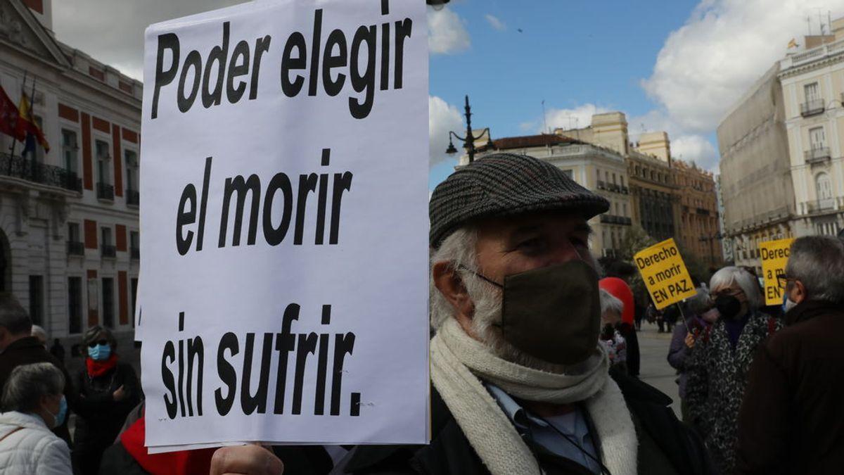 EuropaPress_3611142_hombre_cartel_lee_poder_elegir_morir_sufrir_concentracion_derecho_morir
