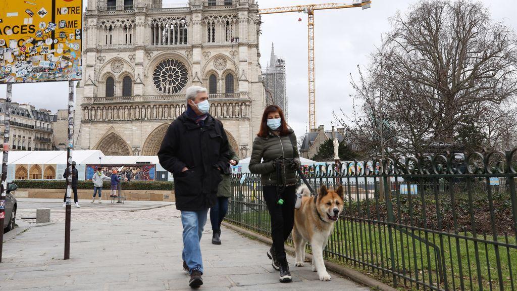 EuropaPress_3557290_pareja_camina_inmediaciones_catedral_notre_damme