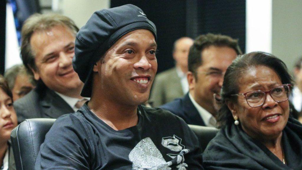 """El mal momento que traviesa Ronaldinho tras la muerte de su madre: """"Empieza a beber por la mañana, y no lo deja hasta el día siguiente"""""""