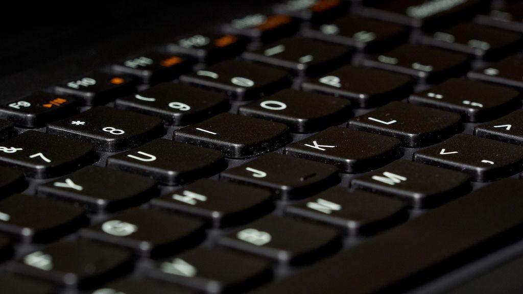 Cómo limpiar el teclado del ordenador para que esté libre de coronavirus