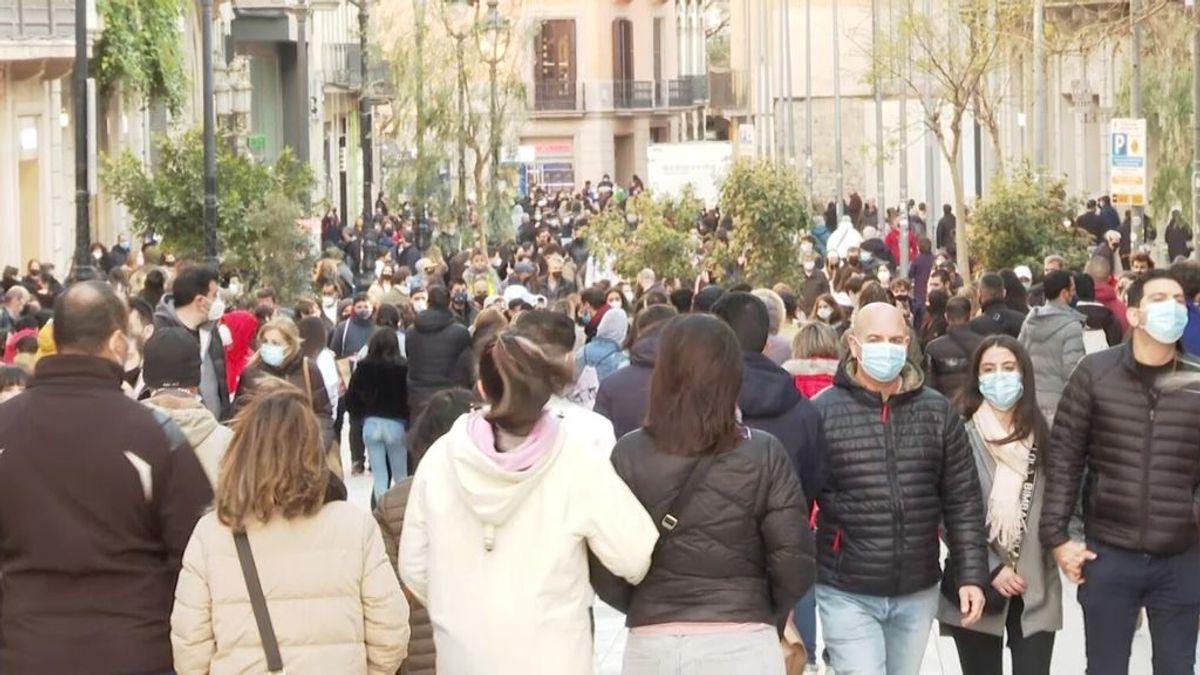 Aglomeraciones y largas colas en el primer fin de semana de apertura de tiendas en Cataluña