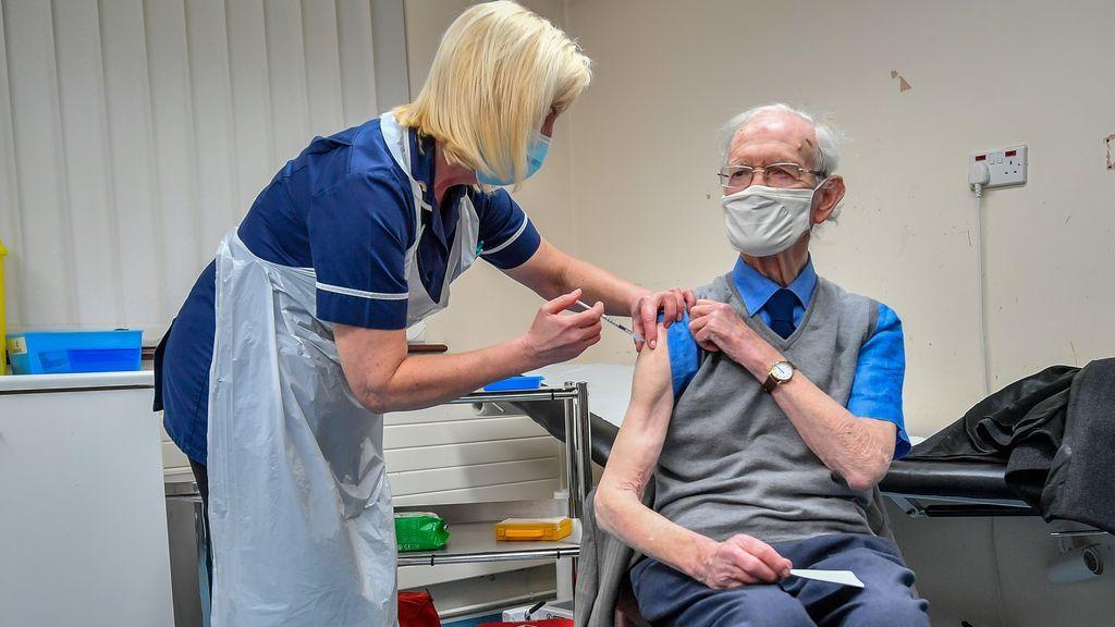 La mitad de los adultos británicos ya ha recibido la primera dosis de la vacuna del covid