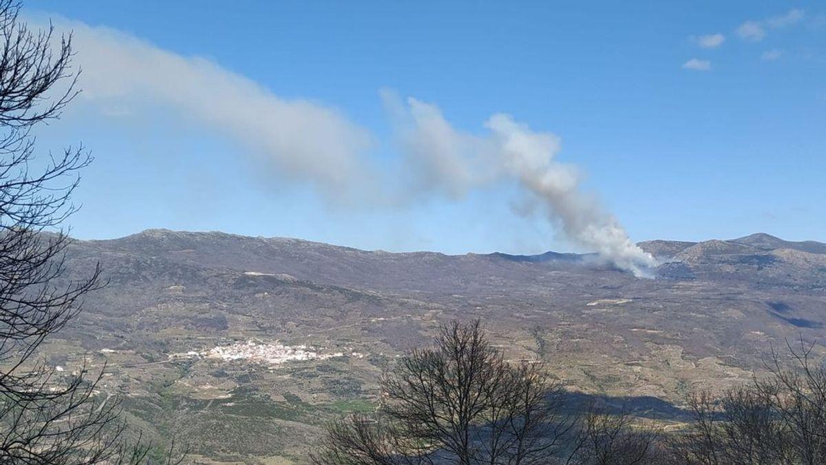 Medios aéreos y terrestres trabajan para sofocar dos incendios en el Valle del Jerte
