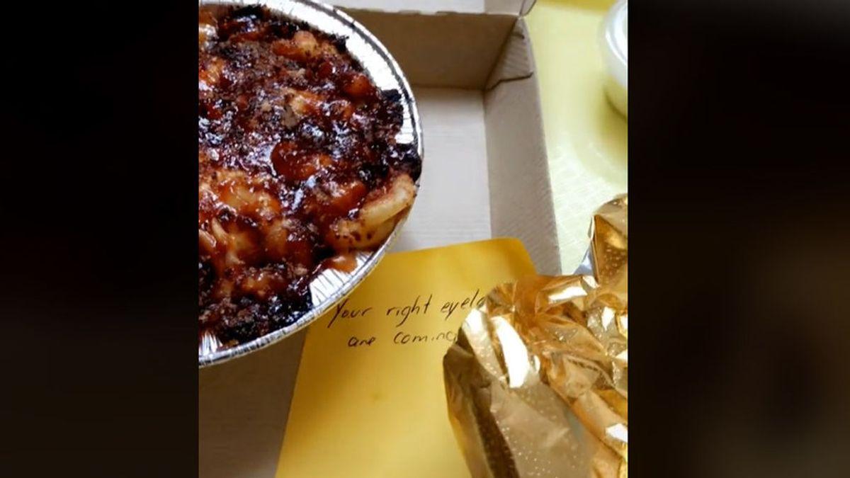 El gesto de amabilidad de un empleado de un restaurante de comida con una clienta se viraliza en TikTok