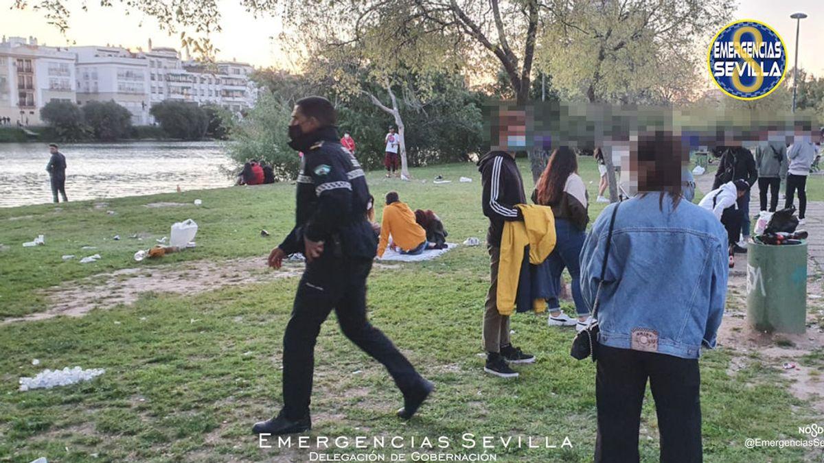 Botellón a plena luz del día en Sevilla: denunciados 60 jóvenes por consumir alcohol junto al Guadalquivir
