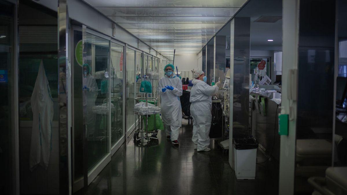 EuropaPress_3441445_varios_sanitarios_protegidos_unidad_cuidados_intensivos_uci-_hospital_mar