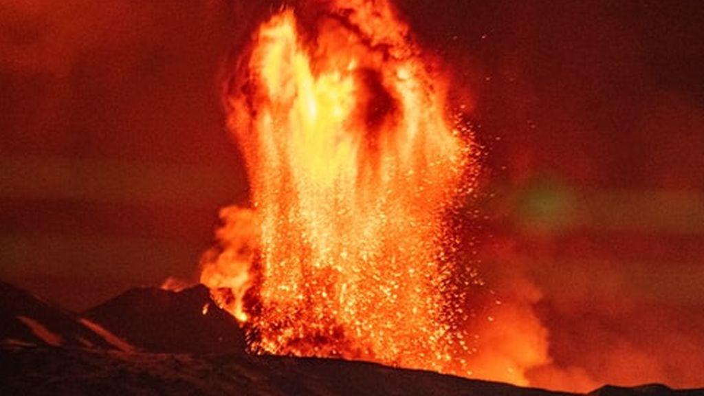 Turistas en el cráter de un volcán activo: las redes sociales se llenan de fotos tras una erupción en Siberia