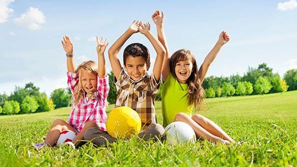 Jugar al aire libre proporcionará una infinidad de beneficios a los más pequeños.