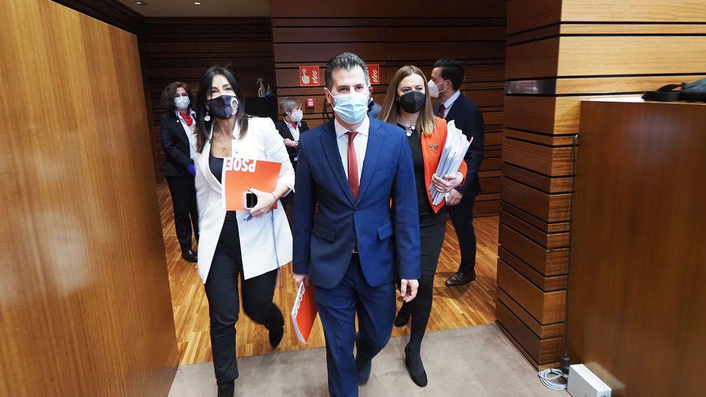 """Moción de censura en Castilla y León: el PSOE pide el voto para Tudanca, frente a la """"soberbia e indolencia"""" de PP y Cs"""