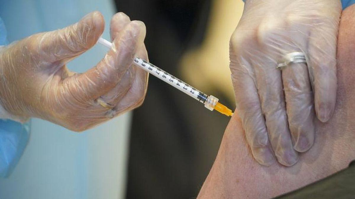 """Los ciudadanos ante la vacuna de AstraZeneca: """"¿Qué si me la pondría? Sin duda, lo peor es pasar la enfermedad"""""""