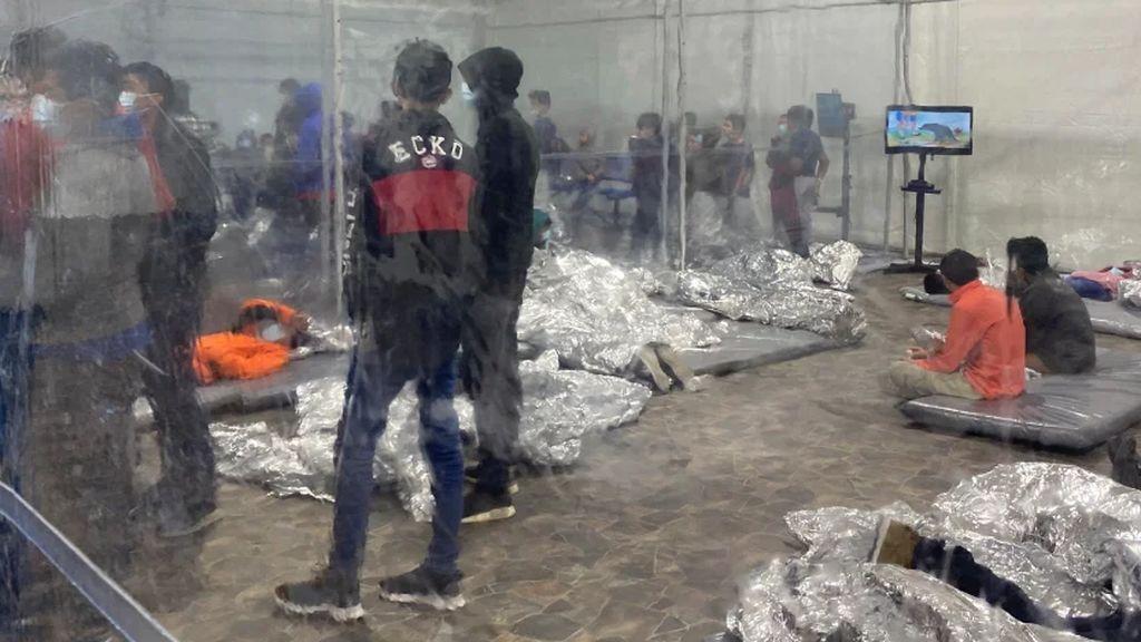 Niños hacinados en la frontera con México, la bomba migratoria estalla a Biden