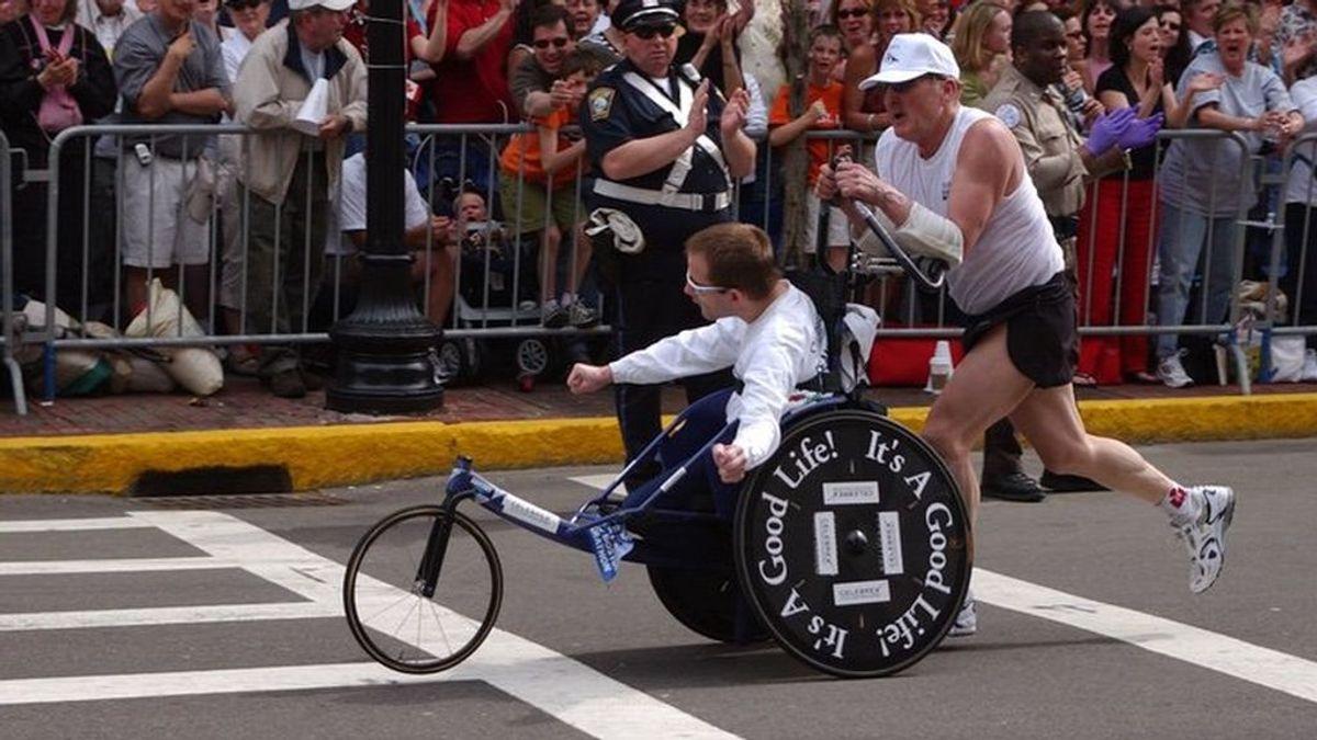 Fallece Dick Hoyt, el icónico padre que corrió más de 30 maratones con su hijo cuadripléjico