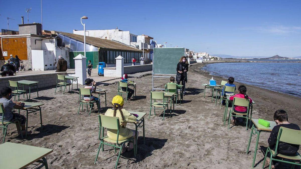 """Clases a la orilla del Mar Menor para reducir el riesgo de contagio: """"Los alumnos dicen que quieren dar clase siempre en la playa"""""""