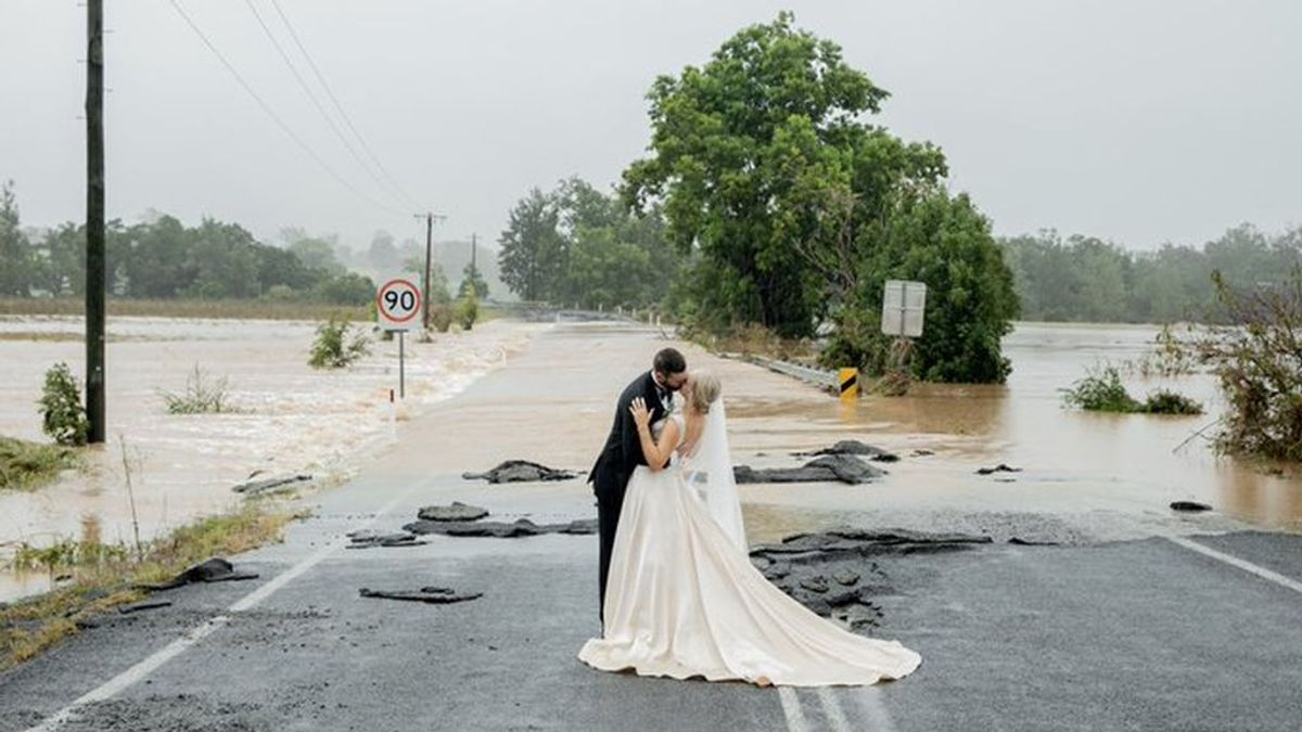 Y la novia llegó en helicóptero:  la boda 'milagro' en Australia pese a las peores inundaciones en 50 años