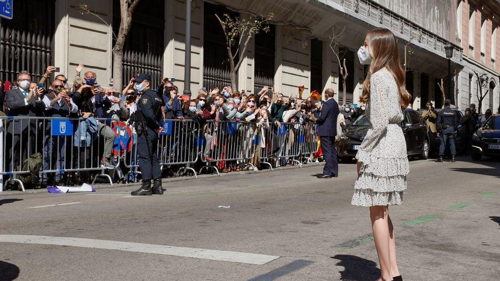 La princesa Leonor saluda a un grupo de gente antes de su llegada