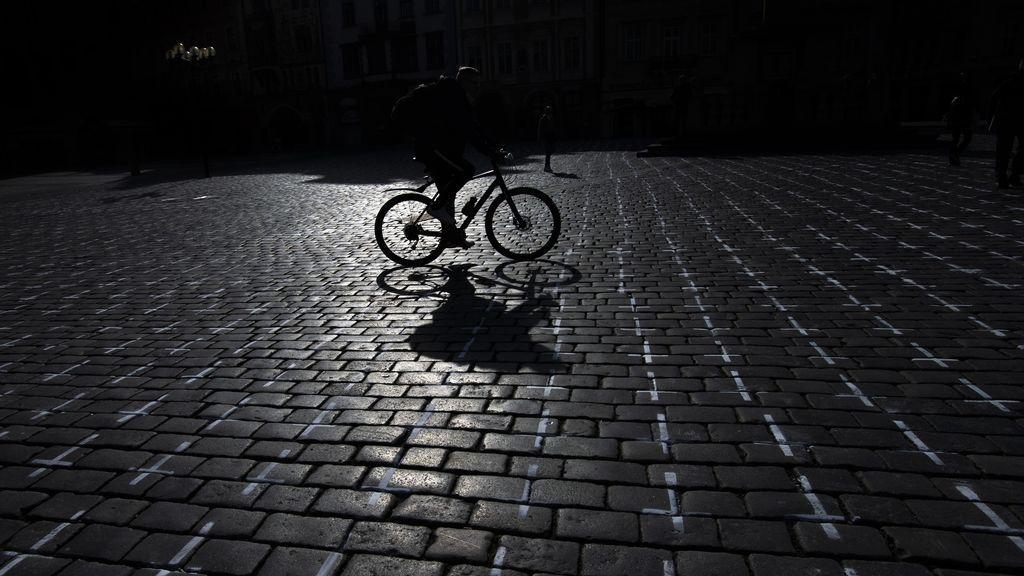 EuropaPress_3615710_22_march_2021_czech_republic_prague_person_rides_his_bicycle_along_the