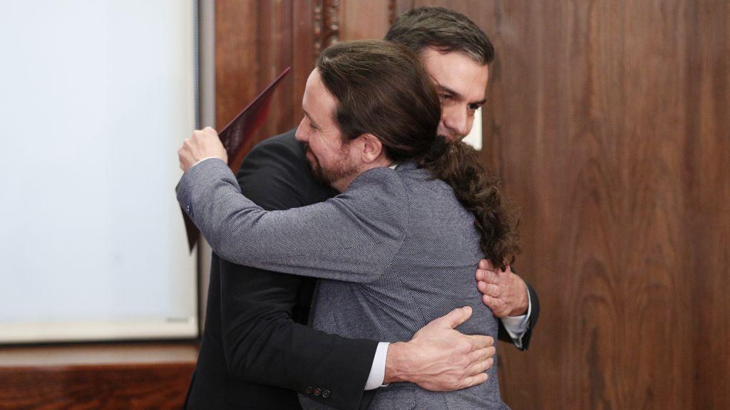 Iglesias abraza a Sánchez en la presentación del pacto de Gobierno